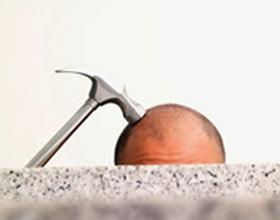 После удара головой болит голова: что это может быть и что делать