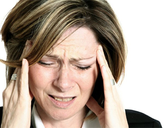 Болит голова у женщины
