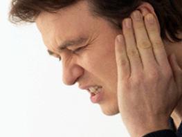 Боли за ухом у мужчины
