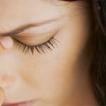 Стучит в висках и болит голова — причины и что делать